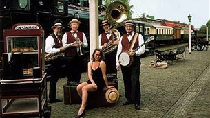 Muziekgroep of band in retro kleding - Looporkest Streetparade