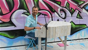 Strandtent Solbeach Scheveningen - Zanger Pianist Mr Blue Eyes