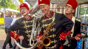 Muziekgroep of band in retro kleding - De Fanfare Band